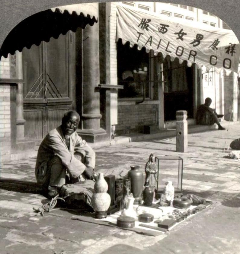 Peddler_Beijing_sidewalk_Herbert G. Ponting_1907